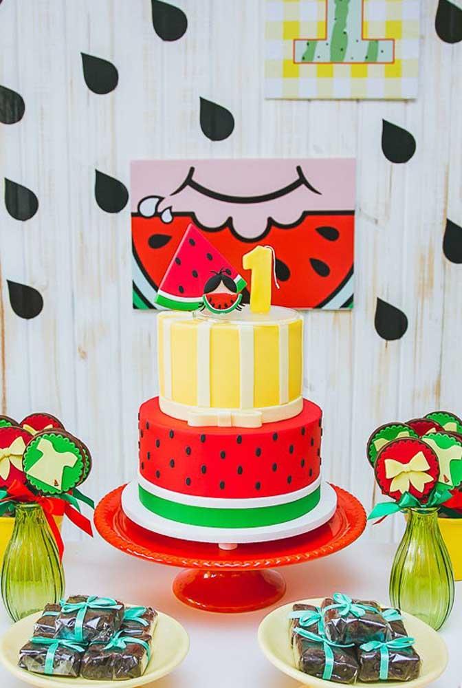 Bolo fake decorado para festa de 1 ano com temática da Magali