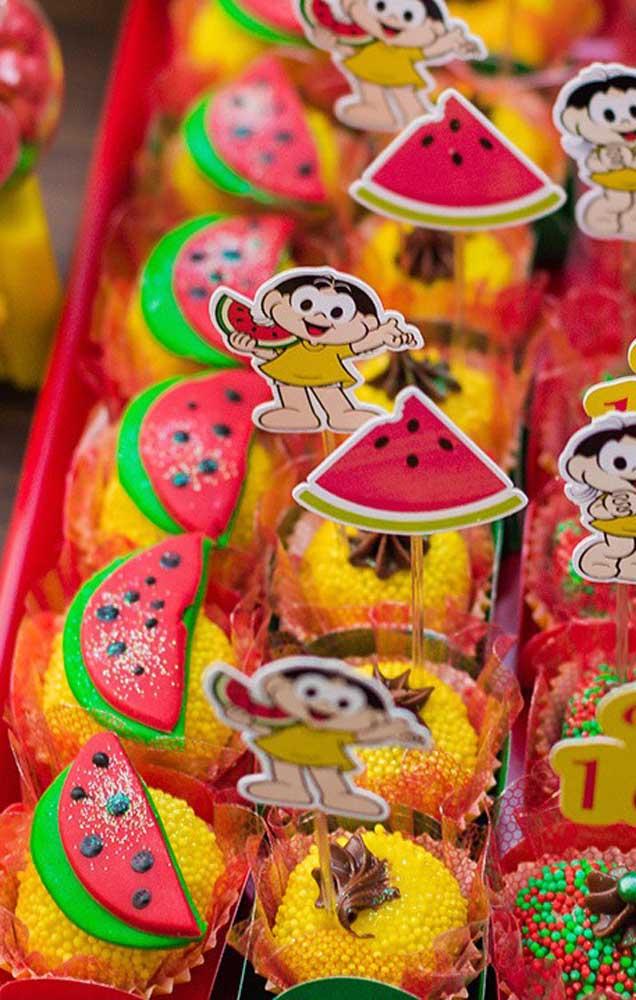 """Docinhos variados decorados com o tema """"Magali""""; repare no uso de confeitos amarelos para se integrar a decoração da festa"""