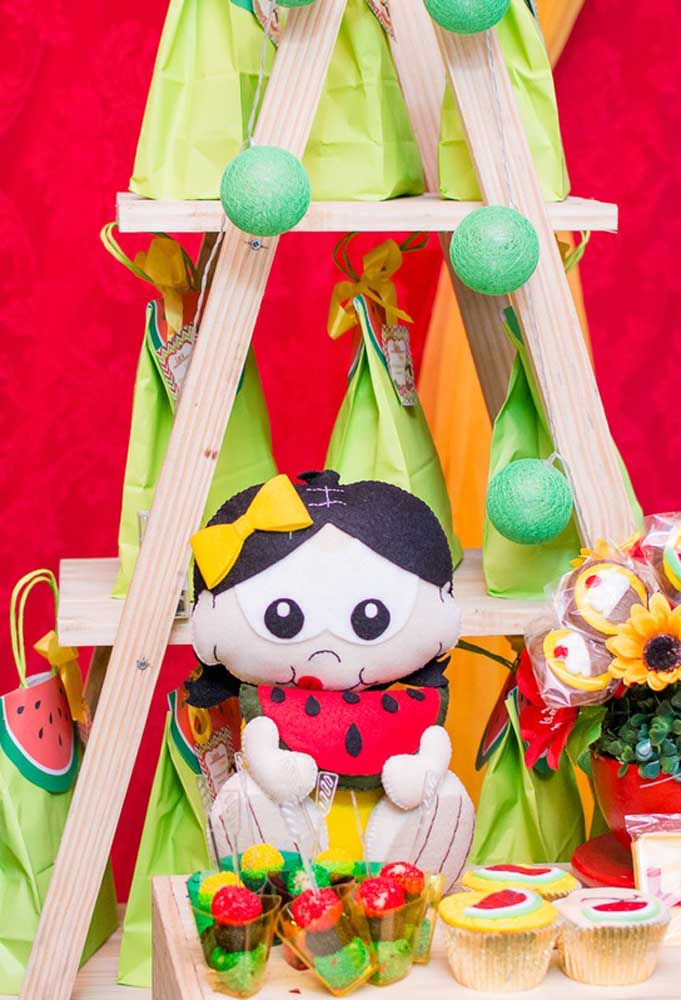 """Escada decorativa em madeira para festa """"Magali"""" em estilo rústico"""