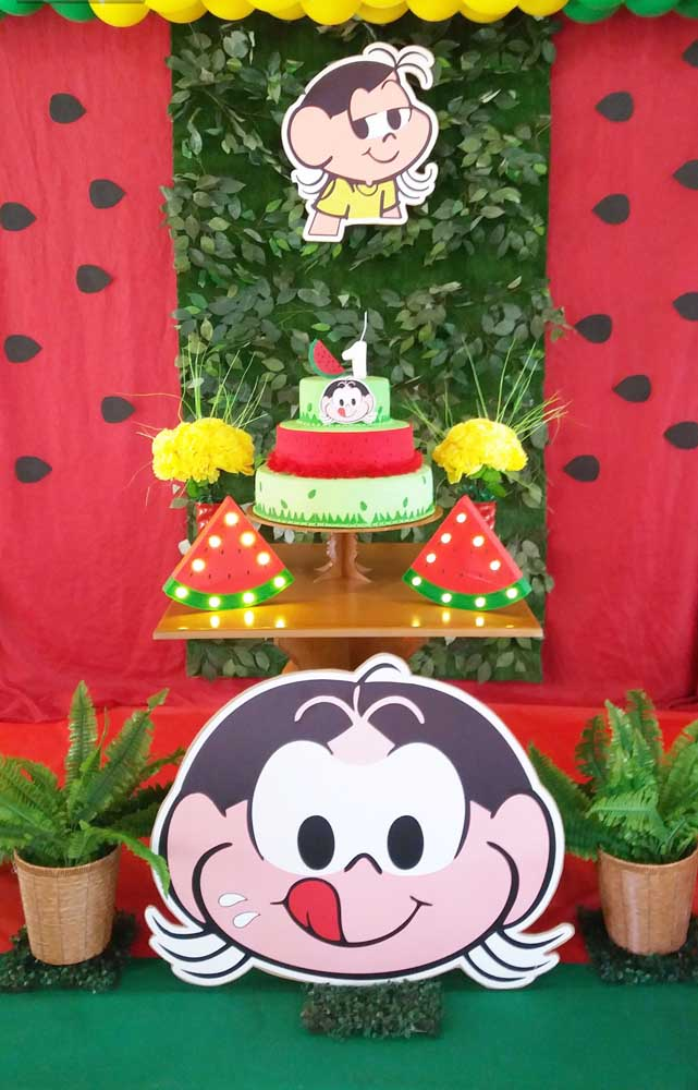 Decoração de festa da Magali simples com mesa pequena e luminosos de melancia