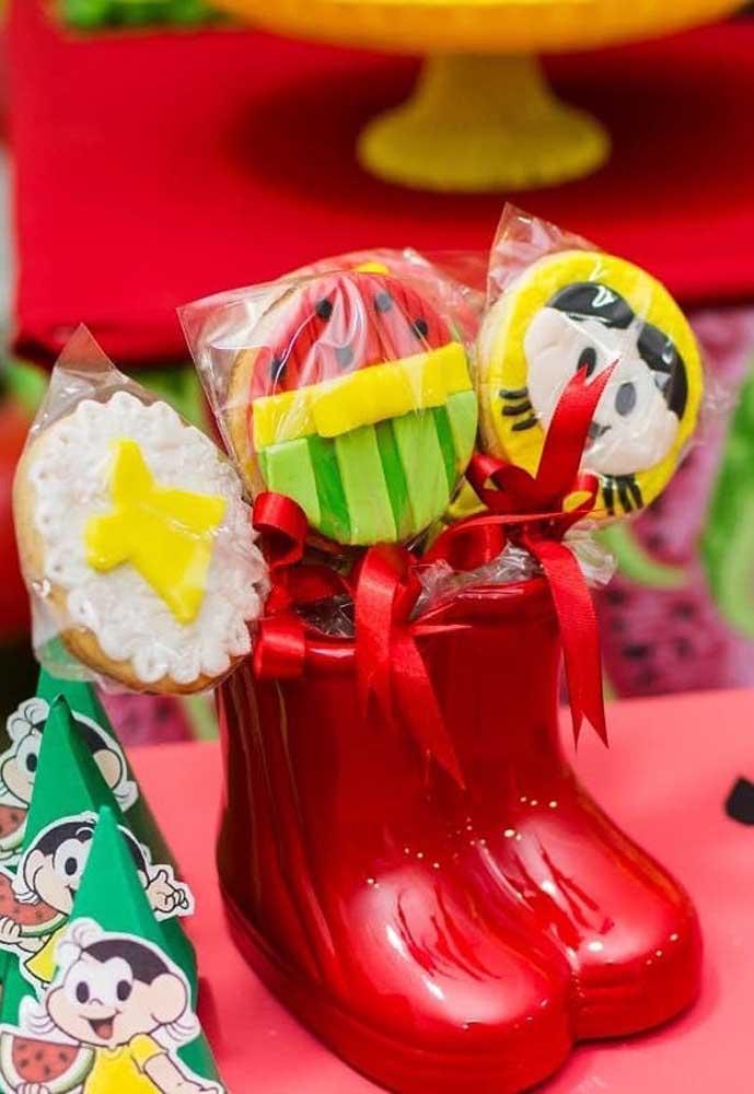 Pirulitos decorados com a personagem Magali para a mesa de doces