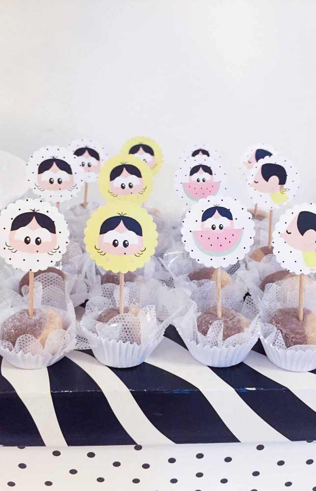 Várias carinhas diferentes da personagem estampam esses cupcakes