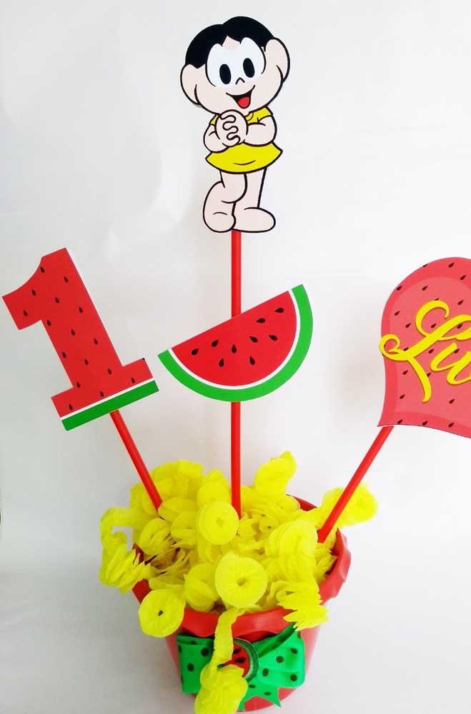 Centro de mesa com balas e peças decorativas para festa da Magali de 1 ano