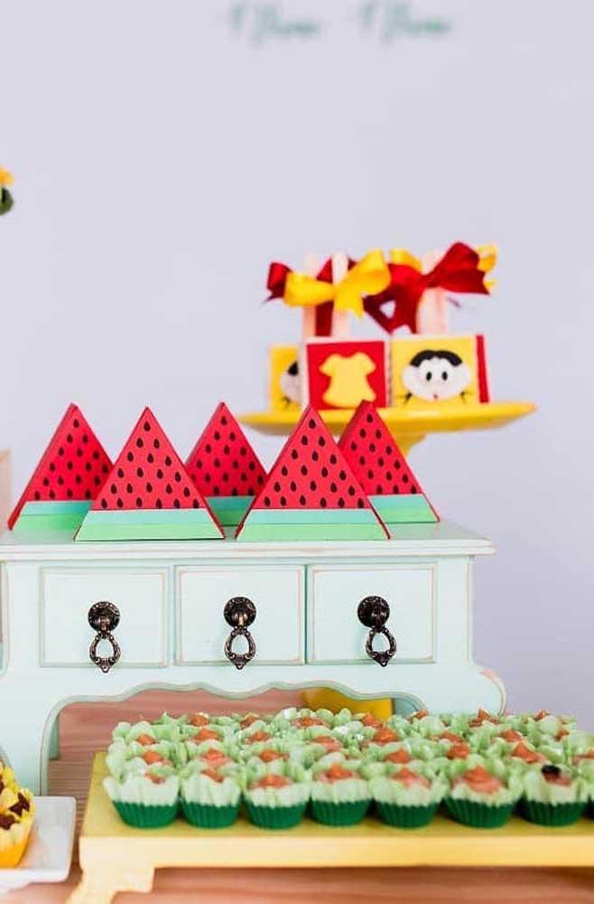 """Mesa de doces simples com a temática """"Magali"""""""