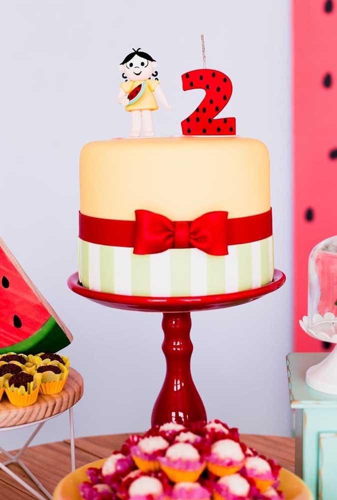 Bolo pequeno e personalizado para festa de aniversário de 2 anos com tema Magali