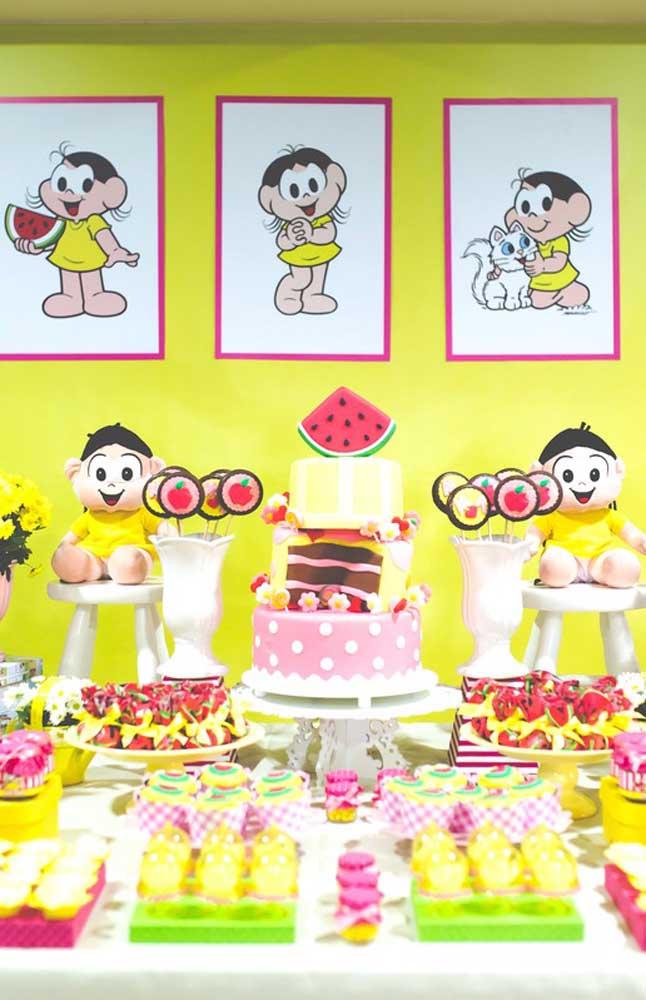 A mesa cheia de doces variados ficou linda na paleta verde, vermelha e amarela