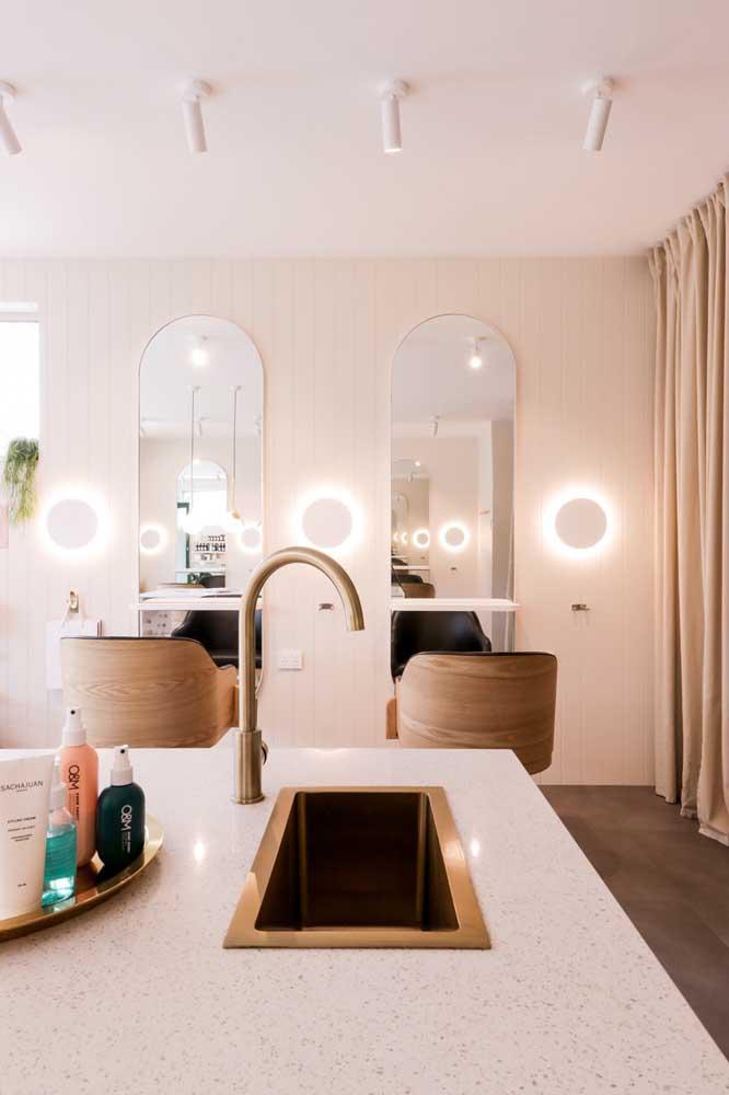 Salão de beleza moderno e elegante com destaque para a iluminação diferenciada na parede