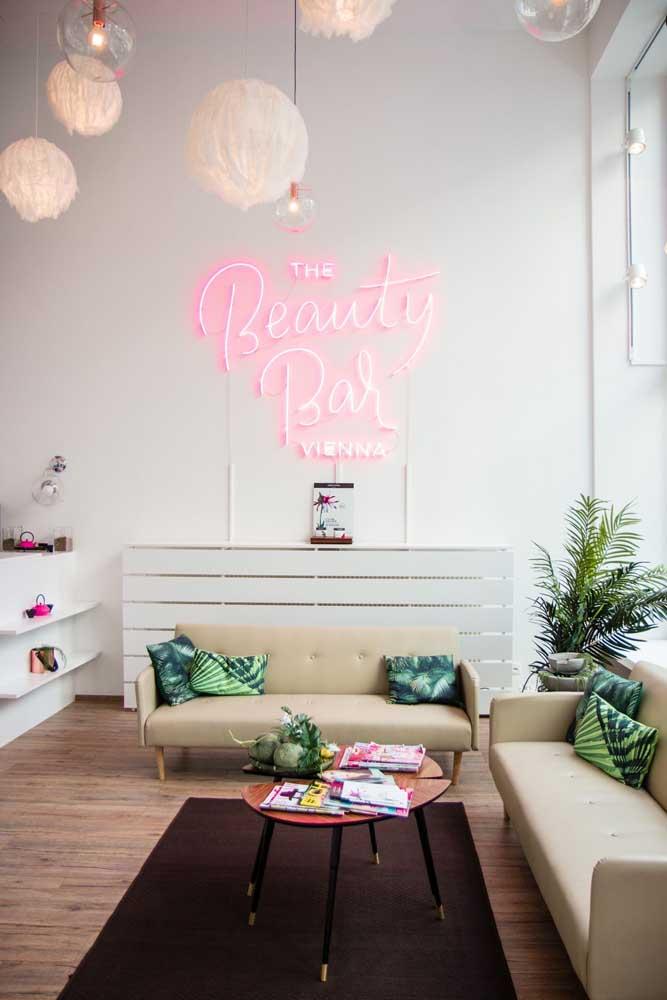 O letreiro luminoso é o charme deste salão de beleza decorado com inspiração tropical