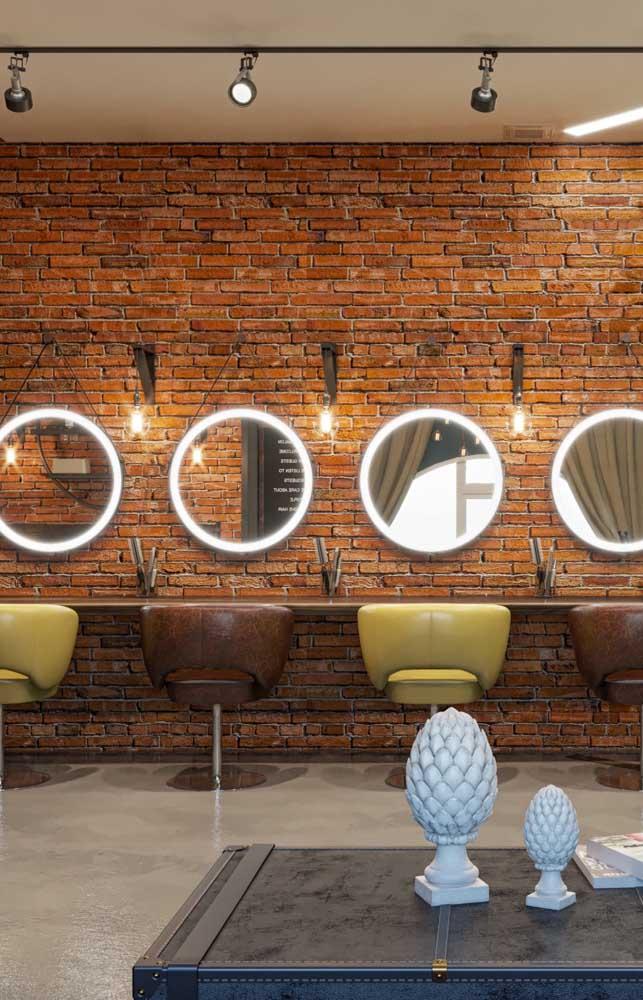 A parede de tijolos à vista deixou o salão de beleza com um estilo rústico moderno encantador