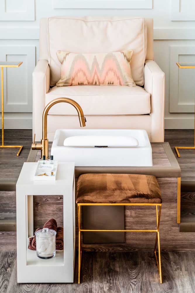 As peças douradas dão um toque de glamour e elegância a esse outro salão de beleza