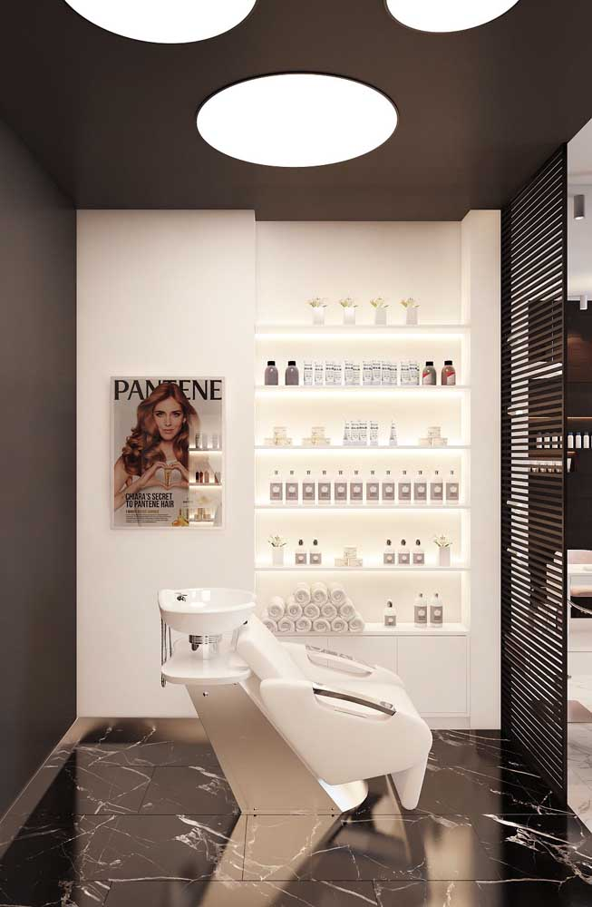 A iluminação e a escolha do piso fazem toda a diferença no design do salão