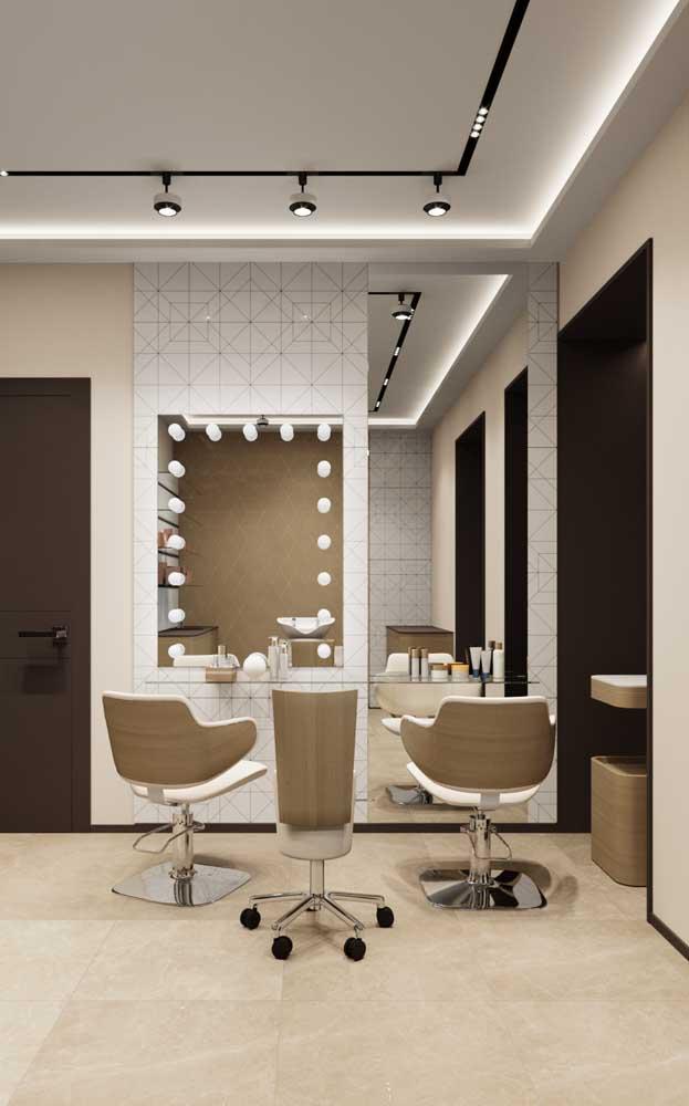 O espelho no estilo camarim ficou belíssimo para o salão de beleza; destaque para o trilho que conferiu um projeto de iluminação moderno