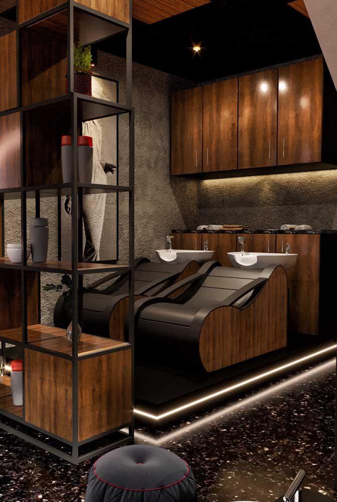 A tonalidade escura combinada as peças em ferro e madeira conferiram um ambiente moderno e industrial para o salão de beleza