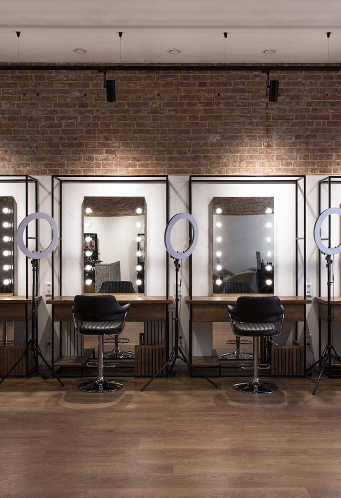 O salão de beleza rústico moderno com iluminação nos espelhos em estilo camarim