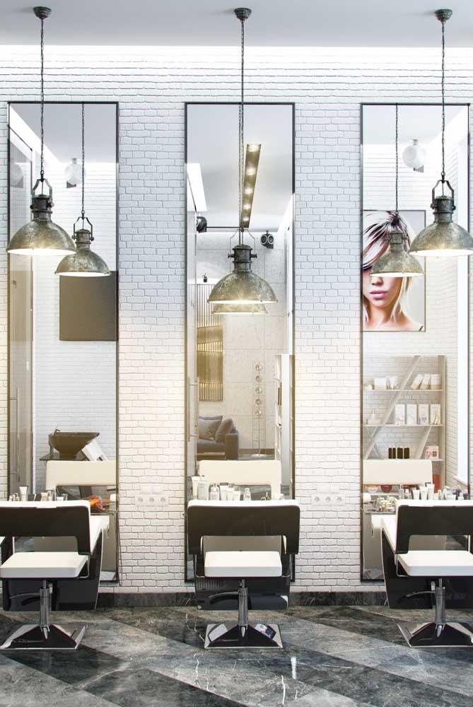 Os espelhos altos ajudaram a aumentar a sensação de amplitude do salão de beleza