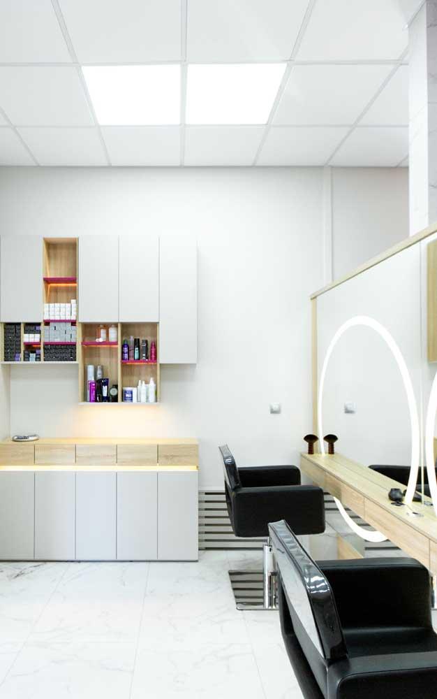 Espaços menores podem contar com móveis planejados e cores claras para melhorar a sensação de amplitude visual do salão de beleza