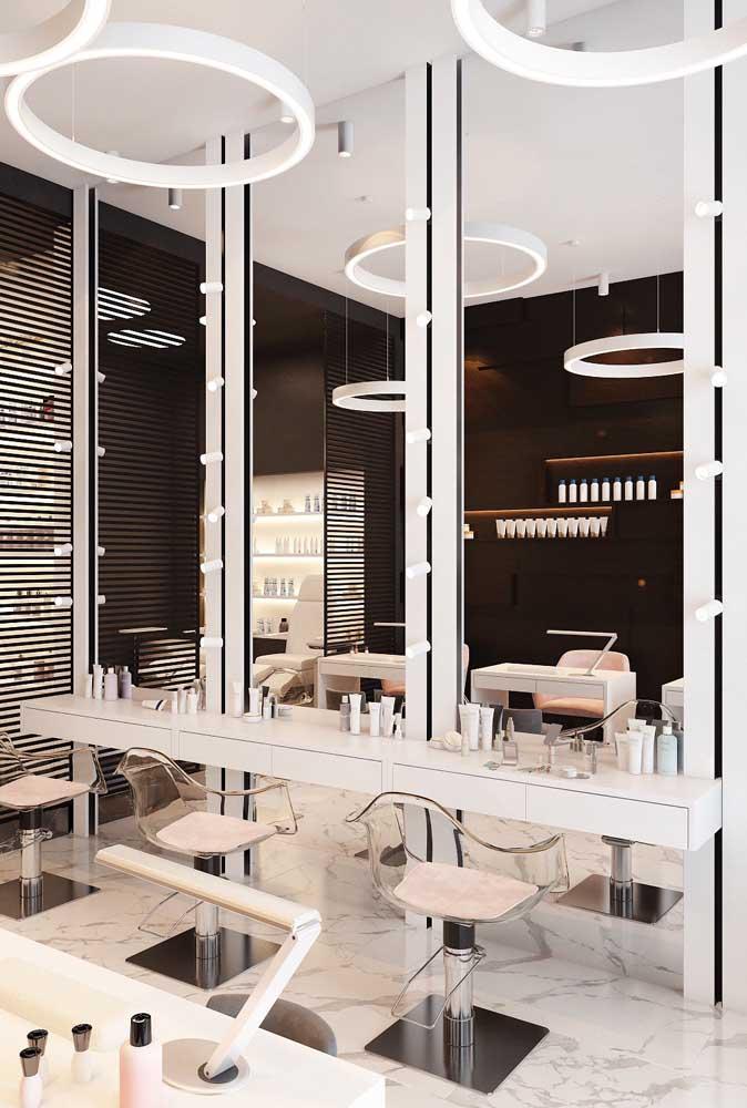 A área de trabalho dos cabeleireiros precisa estar bem iluminada e impecavelmente organizada para oferecer um ótimo atendimento