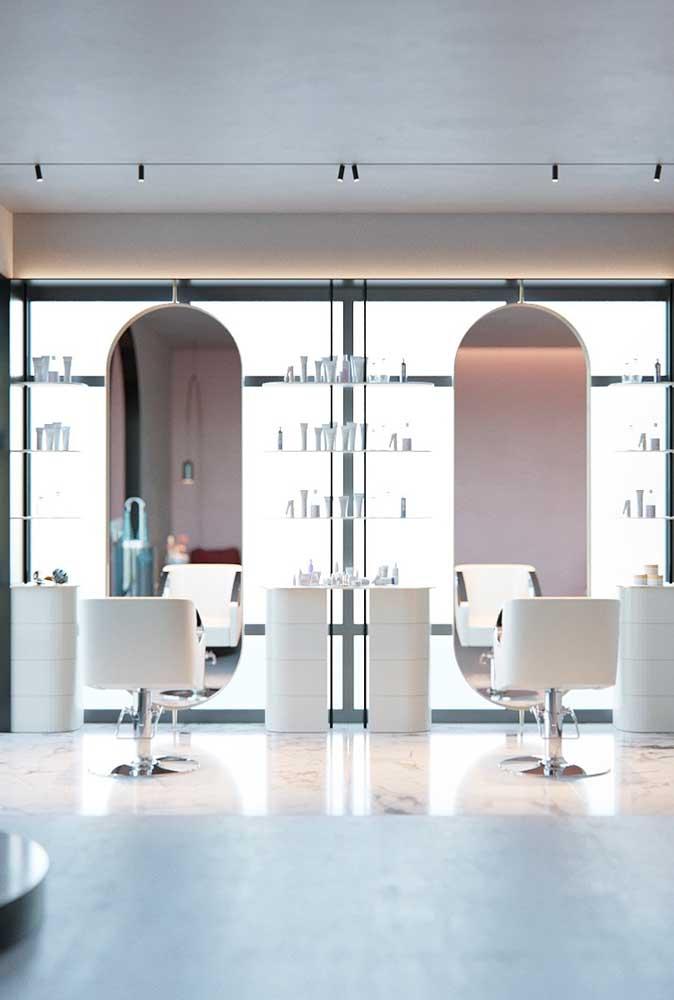 Tonalidades mais claras e boa iluminação garantem a sensação de amplitude do salão e, de quebra, ainda trazem um conceito de elegância incrível