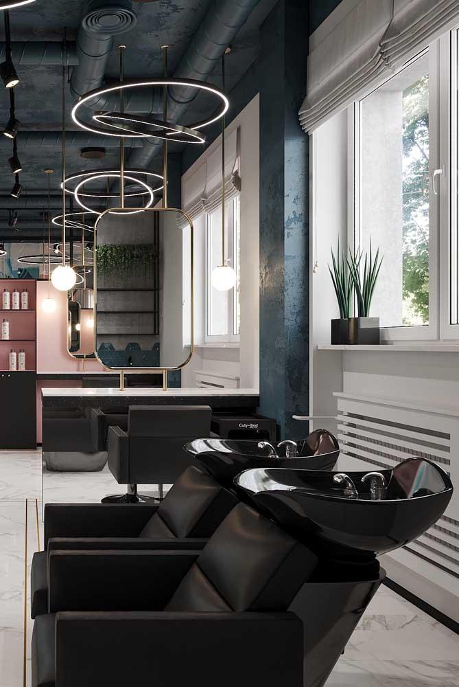 Salão de beleza moderno em tons de preto, branco, azul e uma pitada de rosa