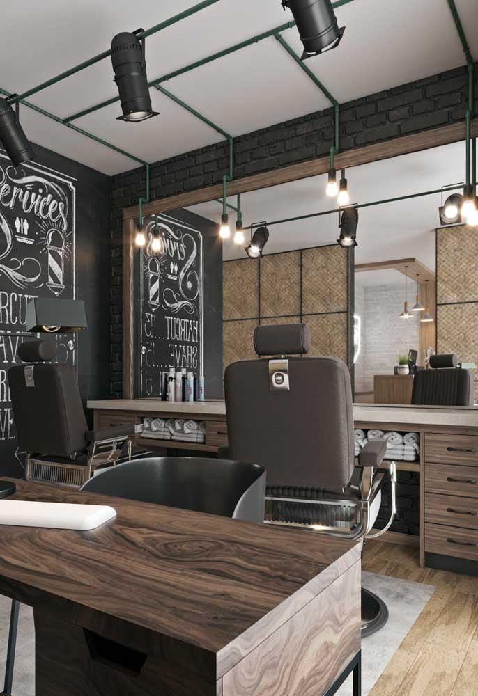 Design e móveis sob medida para o salão de beleza planejado; destaque para a parede lousa que pode ser muito bem aproveitada nesse ambiente