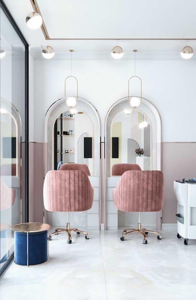 Estilo clássico e elegante para o salão pequeno, com destaque para os móveis delicados