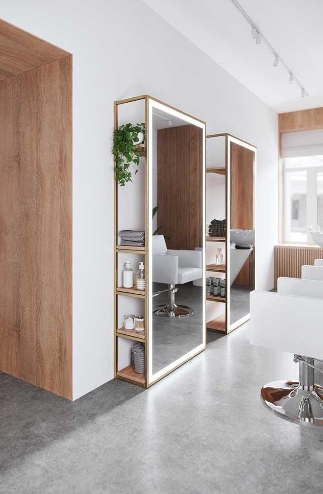 Para otimizar o espaço, o espelho contou com prateleiras internas para acomodar produtos e outros itens