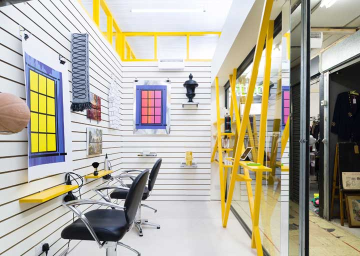 Cores vibrantes e alegres formam a decoração desse salão de beleza descontraído