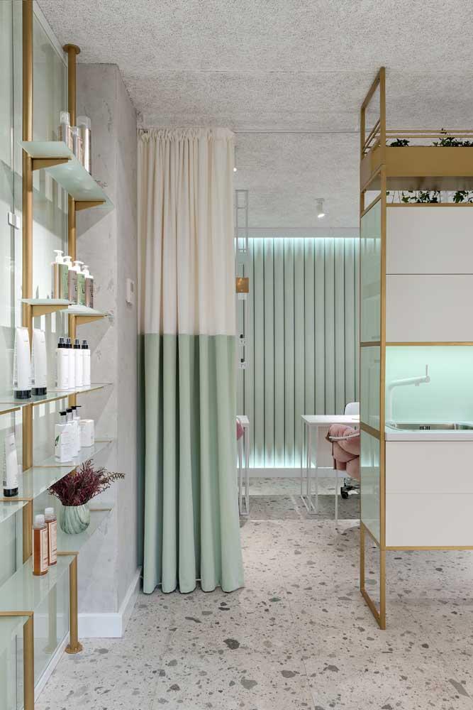 Peças e prateleiras em vidro ajudam a deixar o salão de beleza com sensação de amplitude e organização