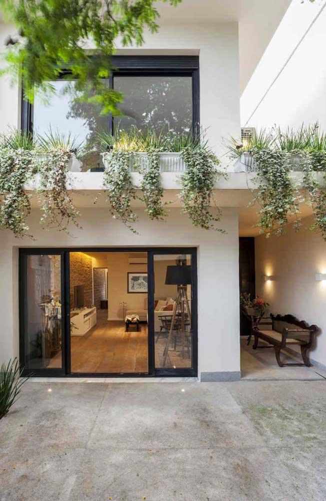 Casa simples e pequena em alvenaria com dois andares e quintal com vista para a sala integrada