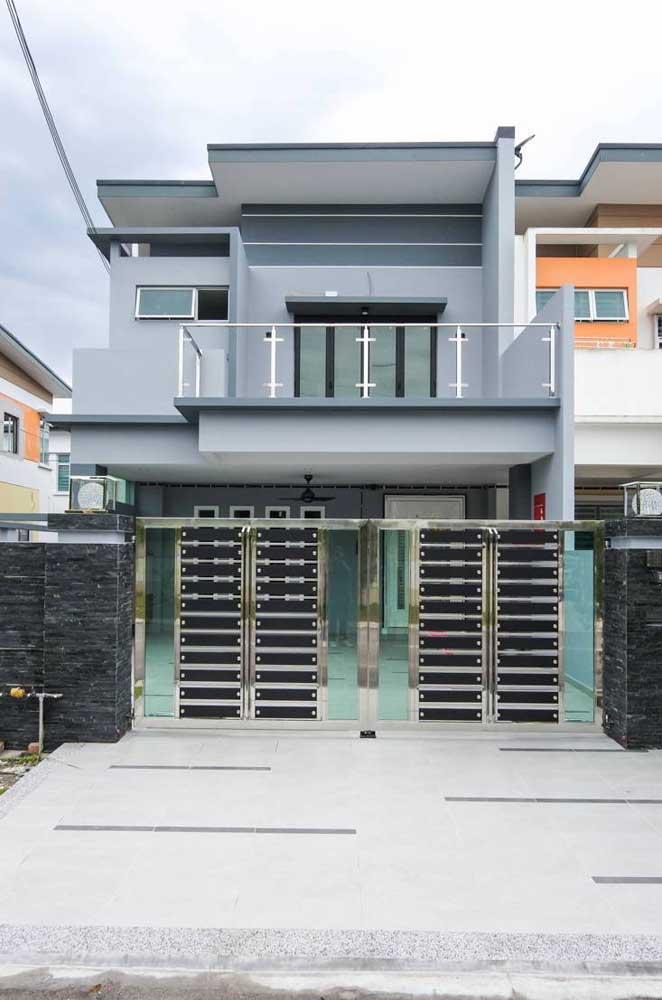 Modelo de casa de alvenaria pré-fabricada com telhado colonial e garagem interna