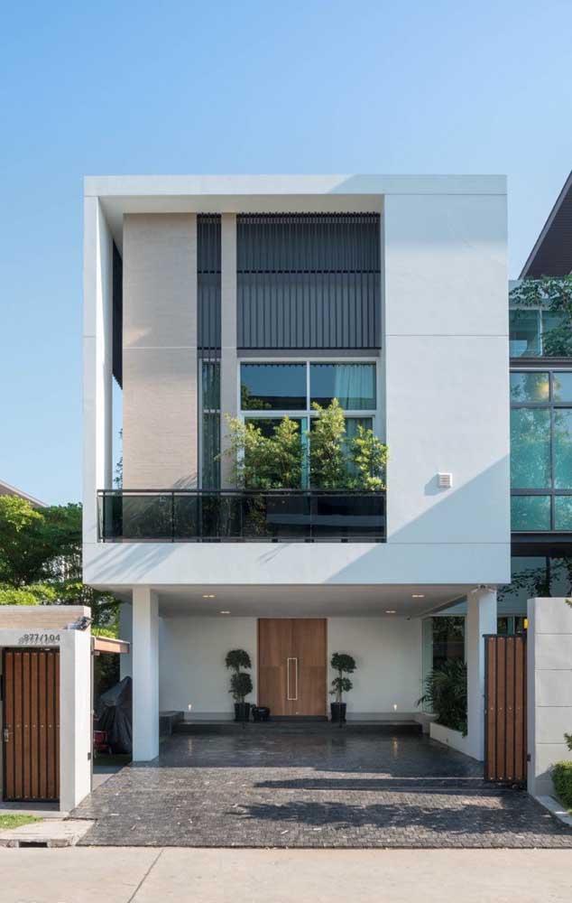 Casa de alvenaria moderna com dois pavimentos e varanda superior