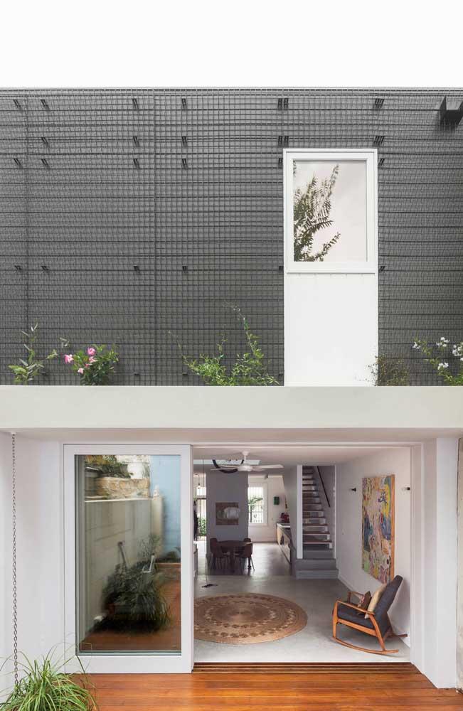 Mais uma casa moderna em alvenaria com detalhes industriais e cômodos integrados no piso térreo do imóvel