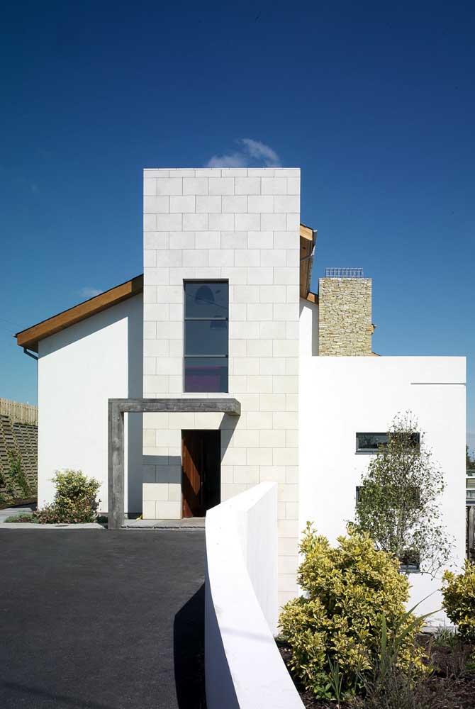 Que projeto delicado e confortável de casa de alvenaria! A construção traz um jardim na entrada e uma varanda no andar superior