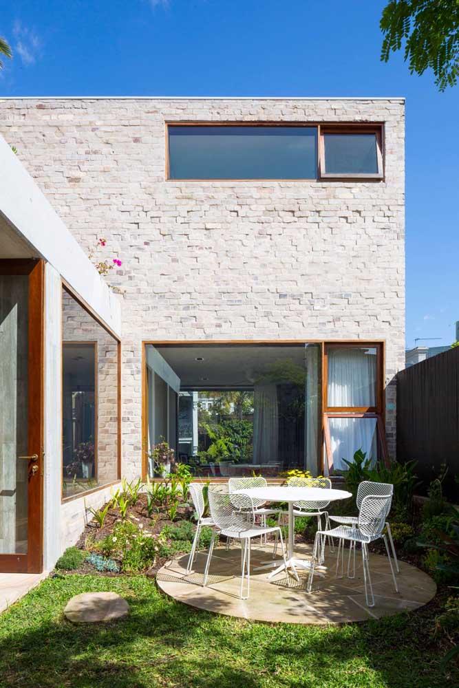 Os blocos de tijolo à vista garantiram um toque rústico encantador a essa casa de alvenaria