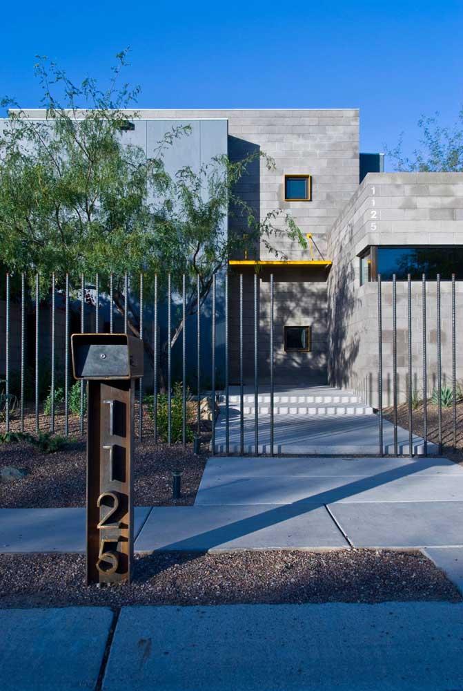 Destaque para o acabamento desta casa de alvenaria com tijolos cinza