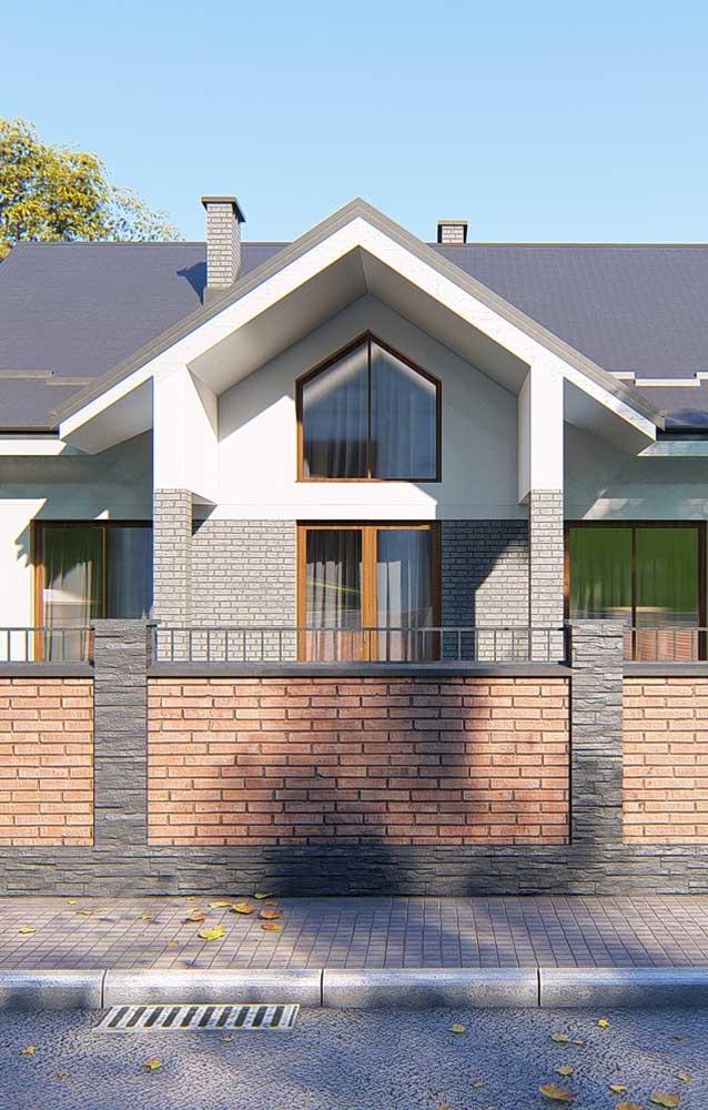Inspiração de casa de alvenaria pré-fabricada com destaque para o muro de tijolinhos e para o telhado acoplado perfeitamente à construção