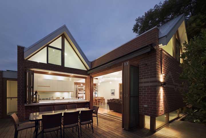 Espaço gourmet de uma casa de alvenaria com design rústico e convidativo