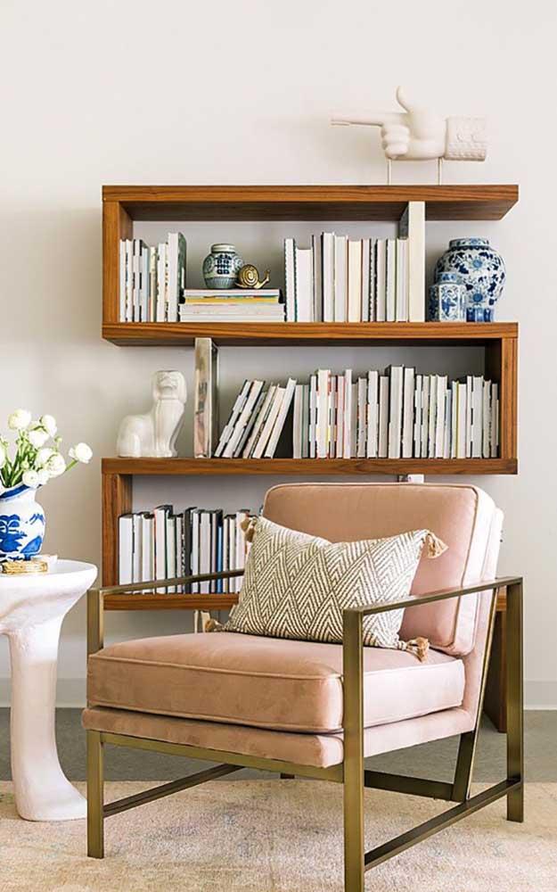 A estante de madeira para livros além de ser uma ótima forma de organização, deixa a decoração muito charmosa.