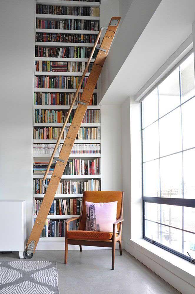 Quando não se tem muito espaço, ao invés de manter uma estante de livros na horizontal, faça na vertical.