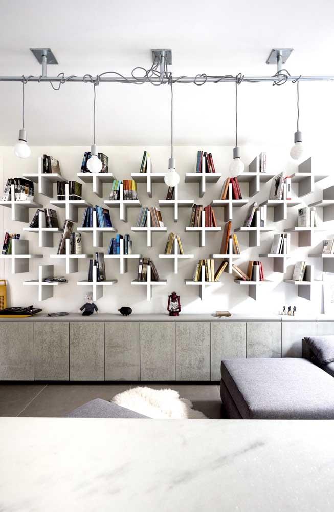 Para organizar seus livros, você pode fixar vários nichos na parede da sala.