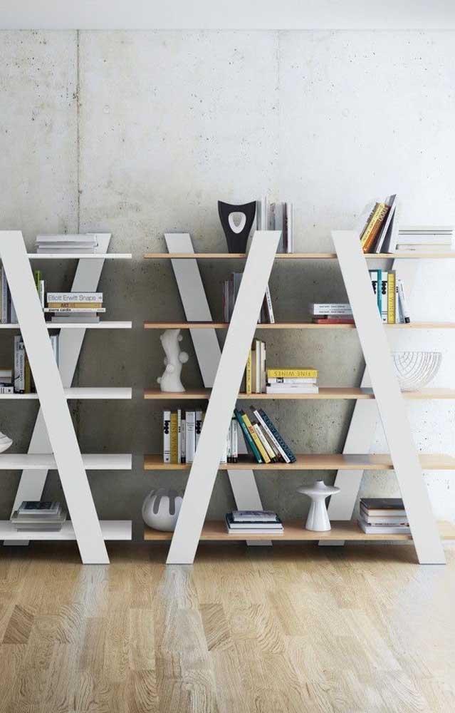 Com algumas ripas de madeira, é possível fazer uma estante linda para organizar seus livros.