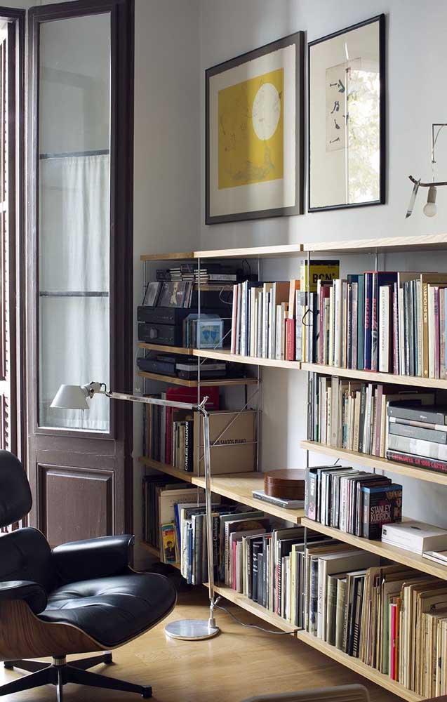 O mais indicado é apoiar a estante de livros na parede.