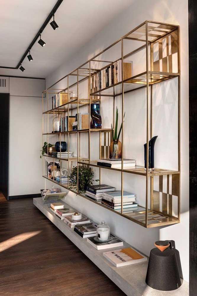 Que estante de livros mais luxuosa para fixar na parede da sua sala.