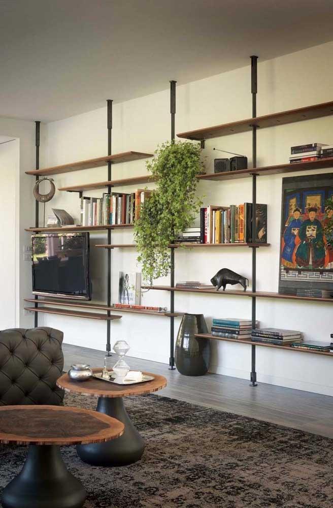 A estante de livros para sala também pode servir para colocar outros itens decorativos.