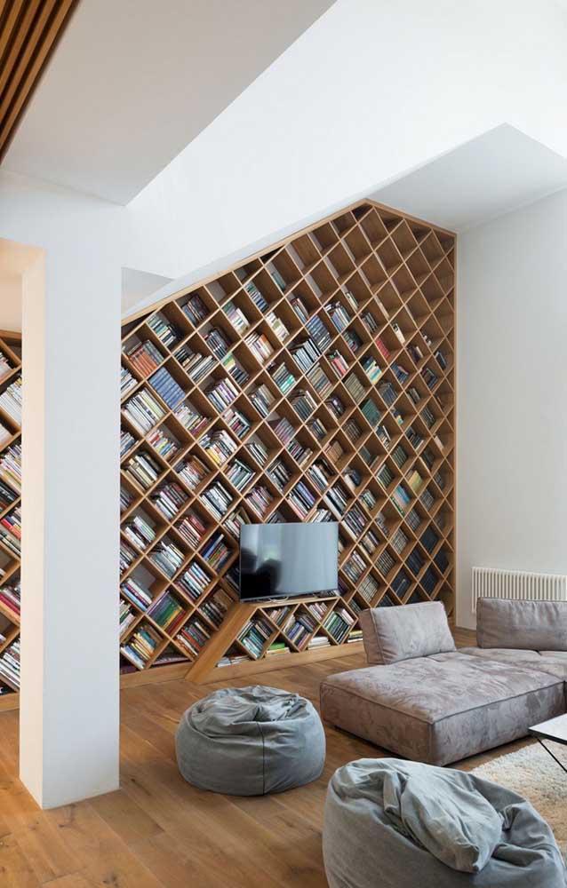 Olha que originalidade dessa estante de parede para livros que não compromete o espaço da sala.