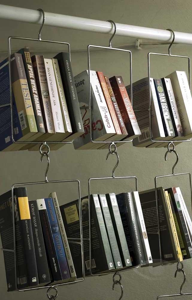 Você mesmo pode fazer a estante para organizar seus livros, usando materiais simples como suporte metálico.