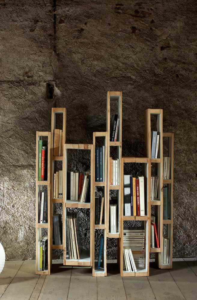 Faça uma estante com espaços diferentes para organizar os livros.