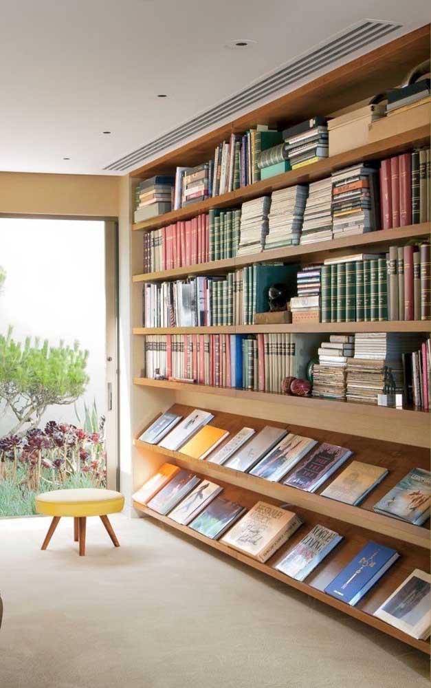 Que tal fazer algo parecido com as estantes que você vê nas livrarias?