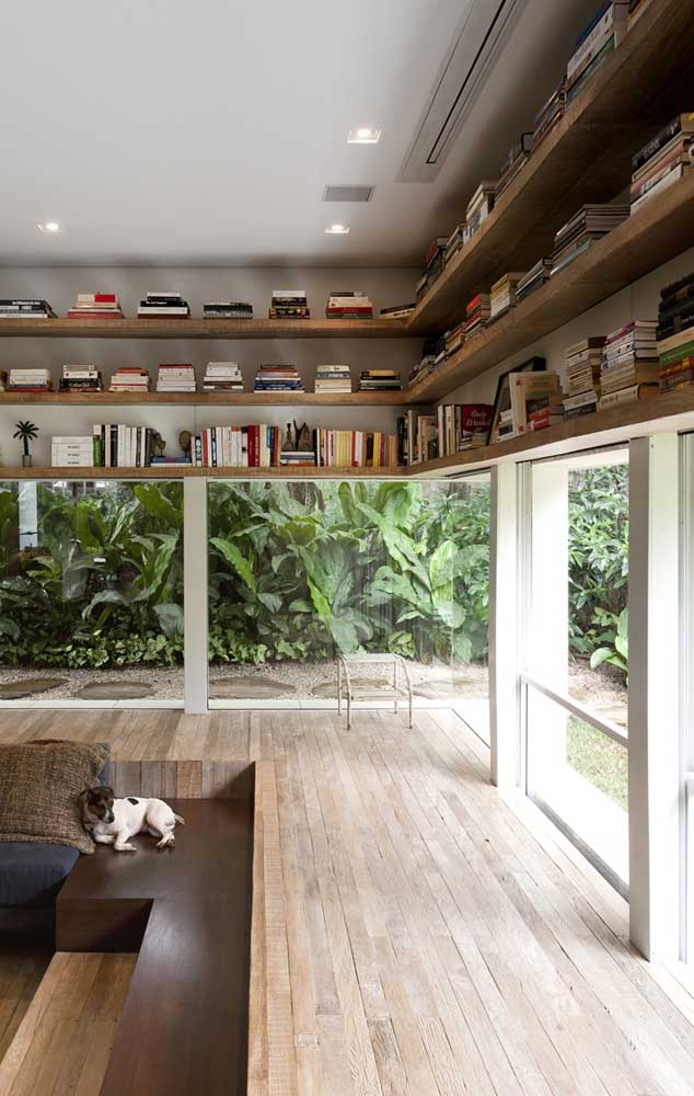 O que acha de aproveitar o espaço aéreo da sua casa para fazer uma estante de livros?
