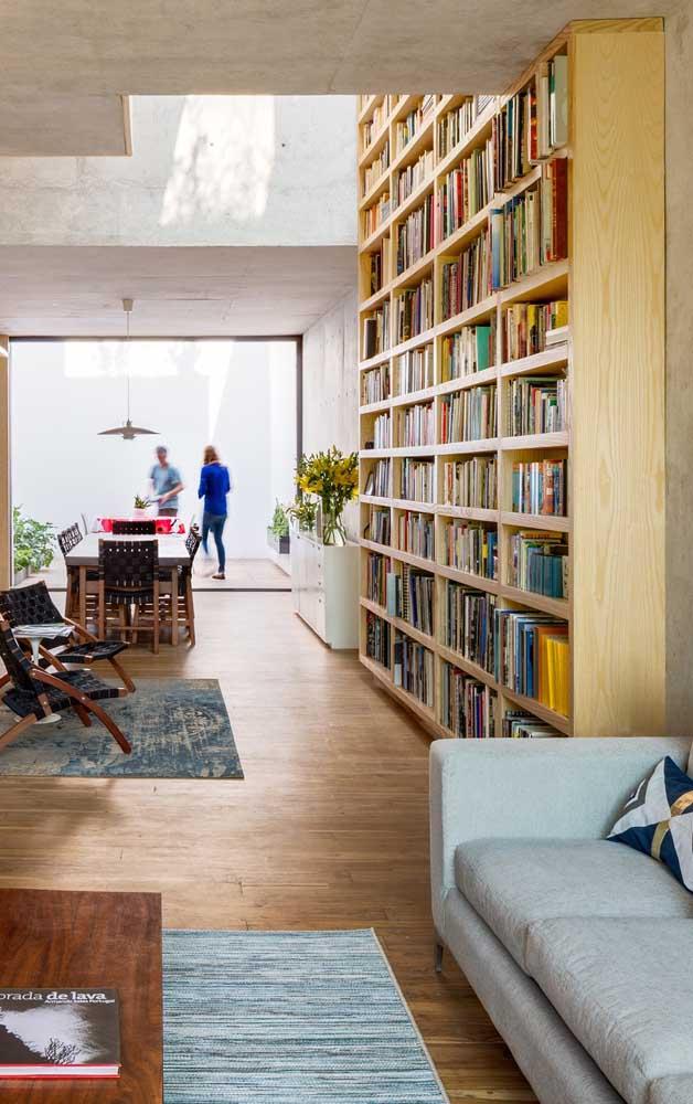Aposte em uma estante de madeira para combinar com a decoração da sua casa.